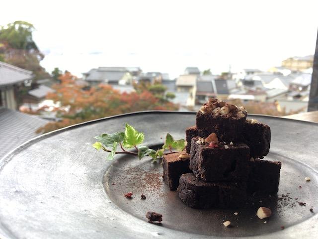 宮島の絶景を見ながらスイーツを食べるのはいかがですか?「牡蠣祝(かきわい)」